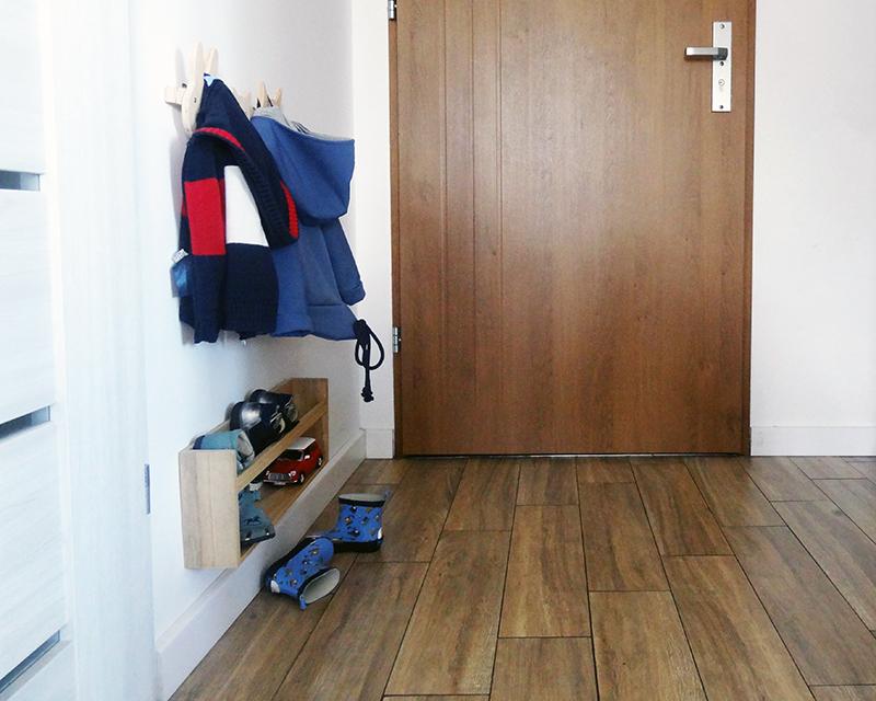 garderoba montessori, garderoba dla dziecka, garderoba DIY, szafa montessori, pokój montessori, mieszkanie m2, pokoj dzieciecy, mały pokój montessori, szafa przesuwna montessori, wieszaki, szafa dla malucha