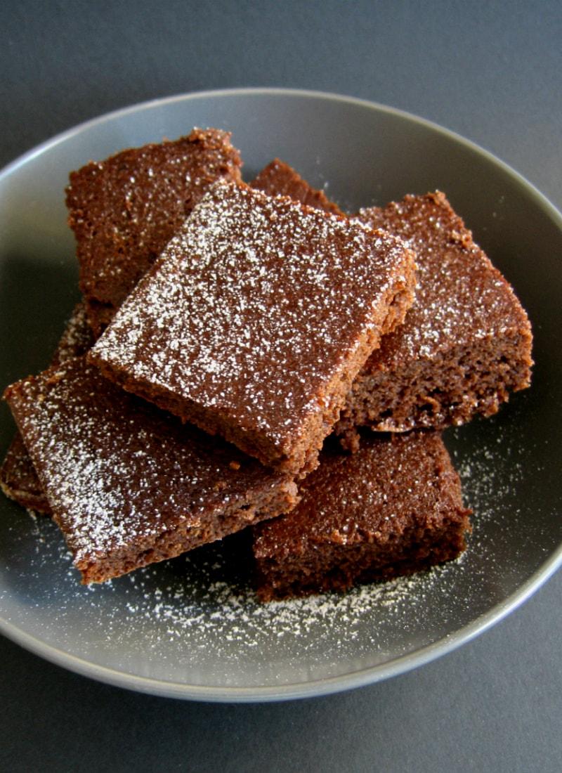 Quadrados de beterraba e cacau empilhados em prato cinza / Beetroot & cocoa squares stacked on grey plate