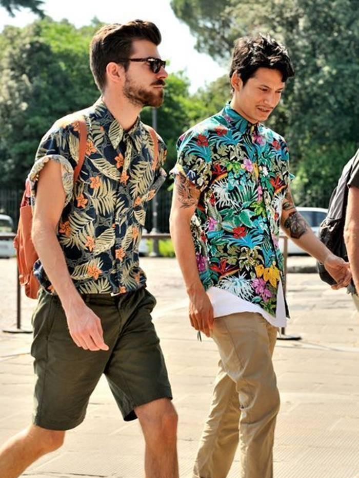 Dois caras com camisa floral masculina passeando na cidade