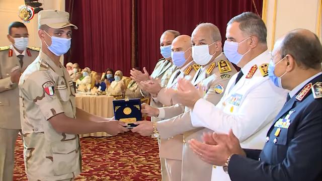 وزير الدفاع يكرم مجند واقعة القطار ويشيد بأخلاقه وانضباطه