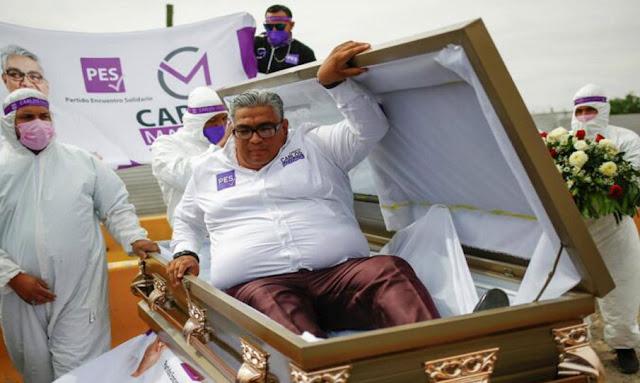 Élections régionales au Mexique: un candidat lance sa campagne, couché dans un cercueil