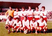 TARRASA C. F. Temporada 1976-77. Vallespir, Arias, Ovejero, Gonzalo, Morote y Jiménez; Bio, Planas, Cruz Carrascosa, Domenech y Rojo. CLUB GETAFE DEPORTIVO 0 TARRASA C. F. 2. 14/11/1976. Campeonato de Liga de 2ª División, jornada 11. Getafe, Madrid, Campo de Las Margaritas. GOLES: 0-1: Cruz Carrascosa (62'). 0-2: Bio (68').