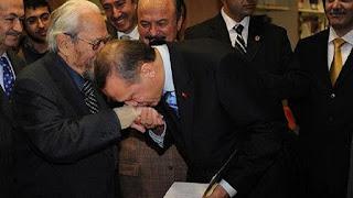 مستشار الرئيس التركي يرد على صورة إدعاء تقبيل أردوغان يد ملك الماسونية!