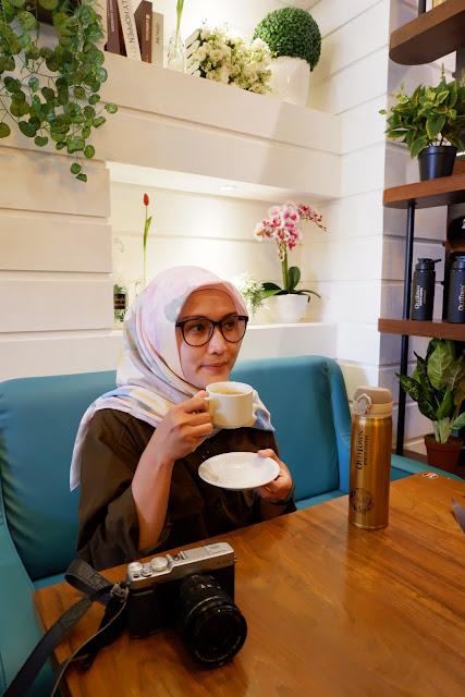 Santai menikmati kopi di Oldtown White Caffee Arkadia Green Park