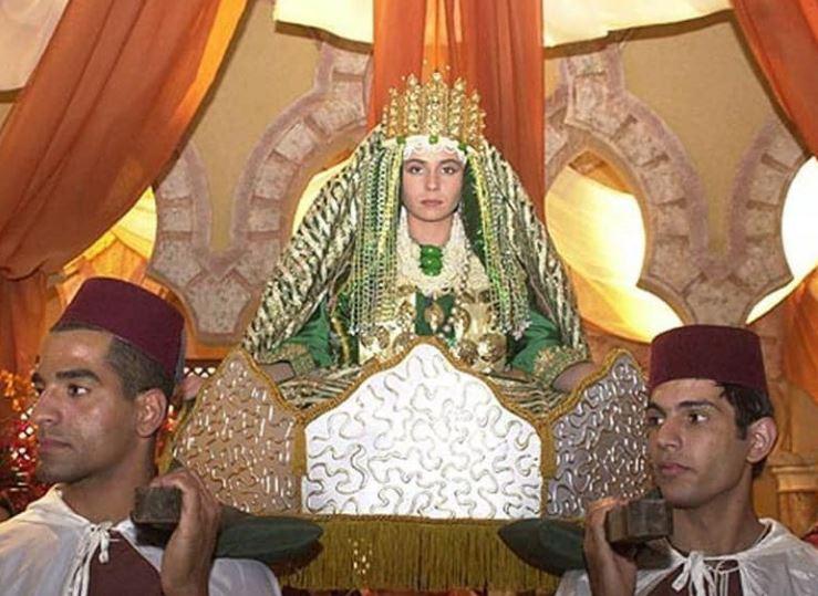 Jade sendo carregada em seu casamento