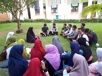 Diskusi santai di halaman fakultas