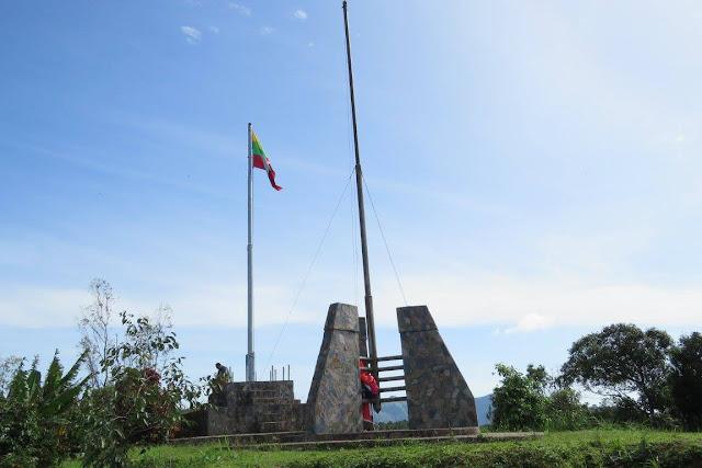 เนินเสาธง อยู่ทางด้านบนของบ้านอีต่อง โดยช่องมิตรภาพ ไทย-พม่า และเนินเสาธง