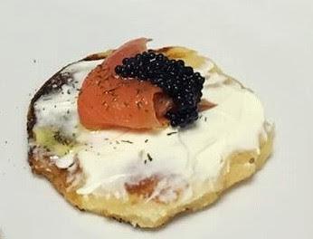 blinis con salmón ahumado y queso alocados en la cocina