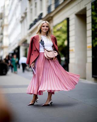 Falda rosa plisada de moda