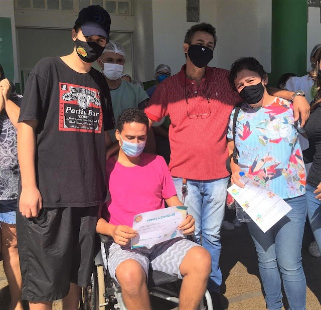 Após uso contínuo de capacete-respirador paciente internado no HRF recebe alta