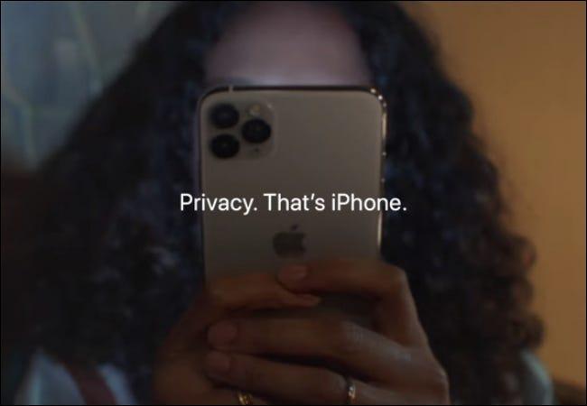 امرأة تحمل خصوصية iPhone