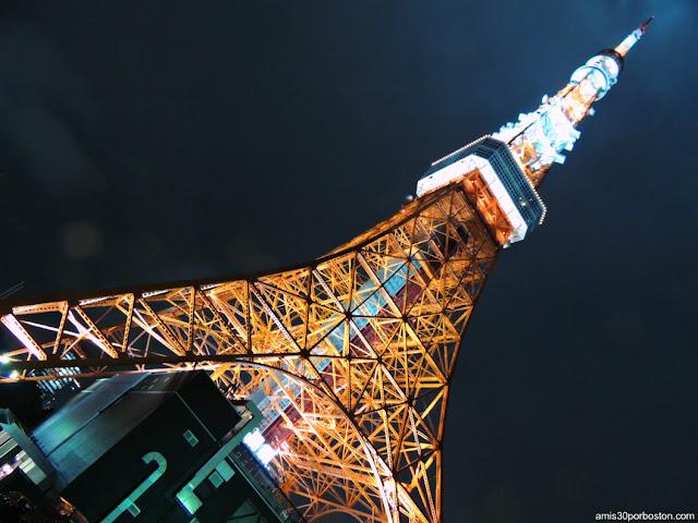 Torre de Tokio Iluminada Bajo la Lluvia