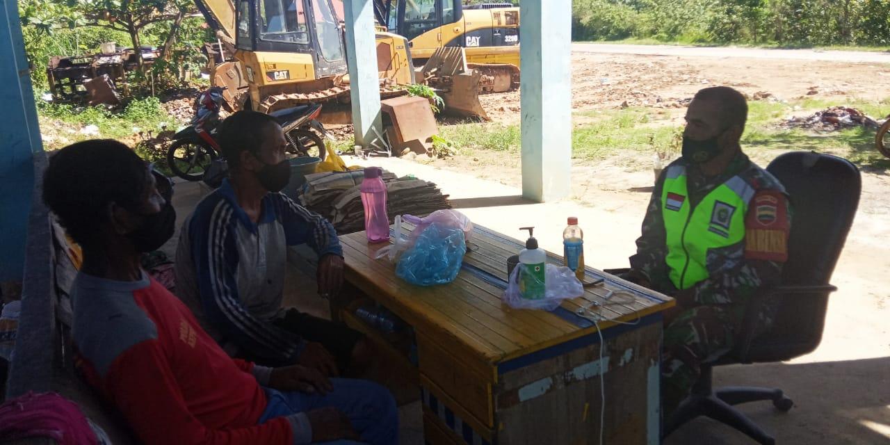 Lakukan Komsos Dengan Pekerja DLH, Babinsa Desa Sungai Ulu Himbau Masyarakat Tetap Menerapkan Protokol Kesehatan