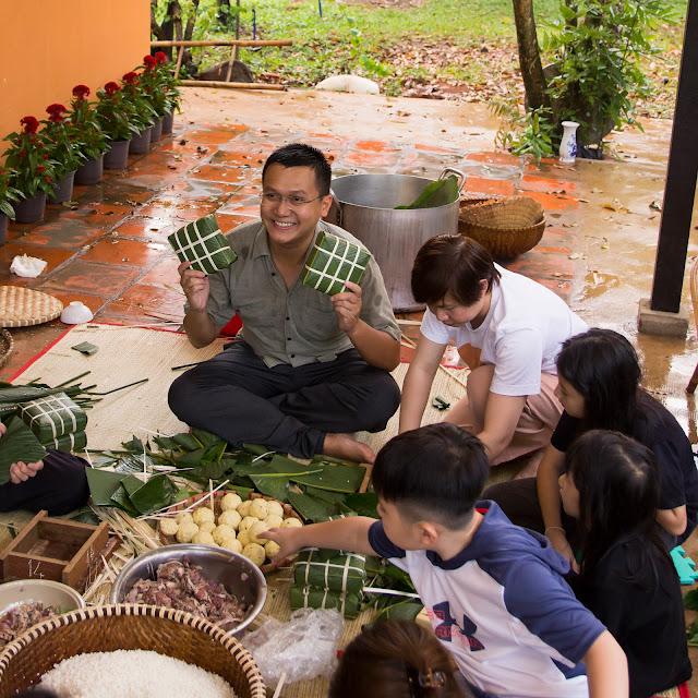 Trải nghiệm nấu và gói bánh chưng tại vườn cùng nghệ nhân gói bánh