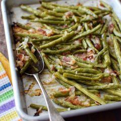 Receta para preparar vainitas asadas con tocineta y cebolla