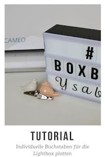 Die Lightbox ist ein Trend-Deko-Element. Besonders schön ist sie, wenn sie mit individuellen Schriften und Symbolen dekoriert werden kann. Nicht jede Schriftart gibt es als zubehör zu kaufen aber du kannst selber Buchstabentafeln für die Lightbox aus Laminierfolie plotten. In diesem Tutorial zeige ich dir, das Plotten von Buchstaben für die Lightbox und die richtigen Schnitteinstellungen zum Plotten vom Laminierfolie mit deinem Silhouette Cameo oder deinem Silhouette Portrait Plotter! #plotten #silhouettecameo #silhouetteportrait #tutorial
