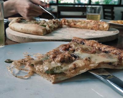 makan pizza sepuasnya