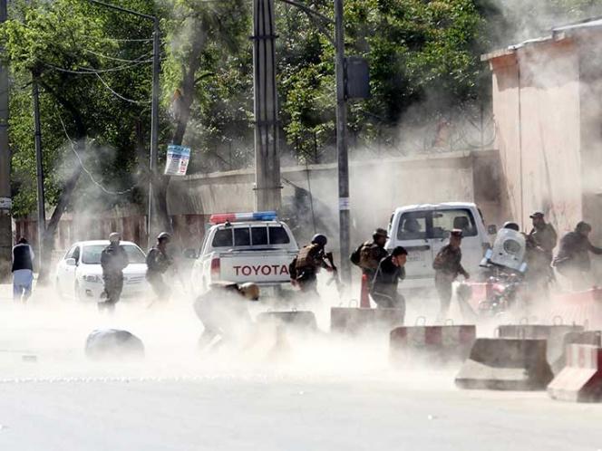Ataques en Afganistán dejan casi 40 muertos, entre ellos niños y periodistas