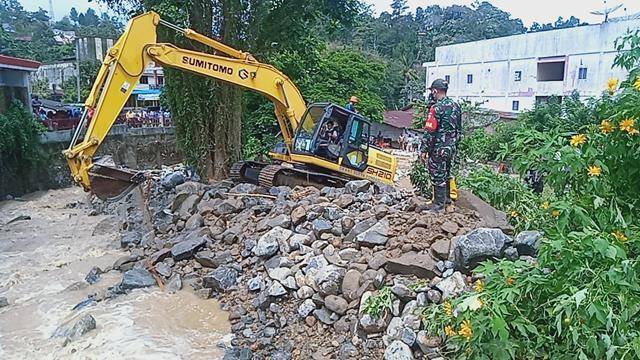 Perkembangan Situasi Banjir Diparapat Terus Dimonitor Personel Jajaran Kodim 0207/Simalungun