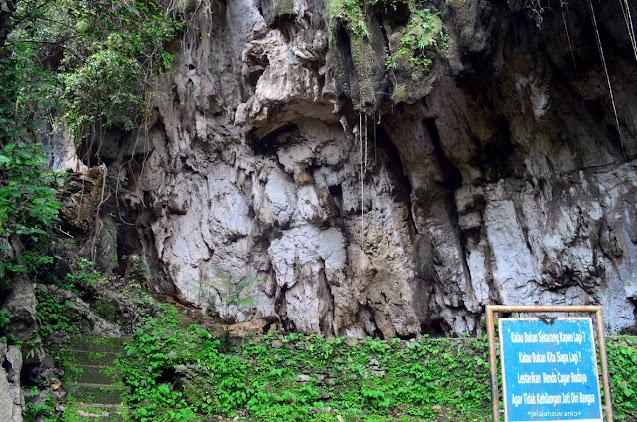26 anak tangga menuju Leang Pettae di Taman Prasejarah Leang Leang | © JelajahSuwanto