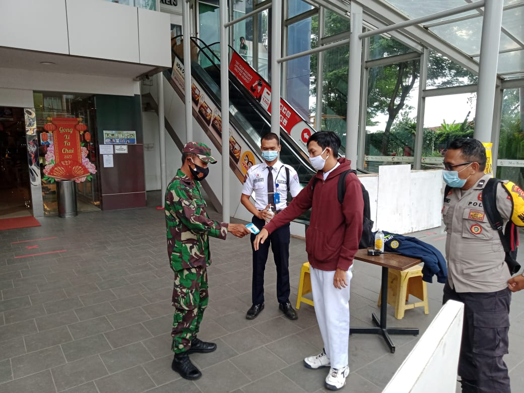 Kodim 0410/KBL yang tergabung dalam Satgas penanganan Covid-19 Kota Bandar Lampung melaksanakan penegakan disiplin mematuhi Protokol Kesehatan di MBK