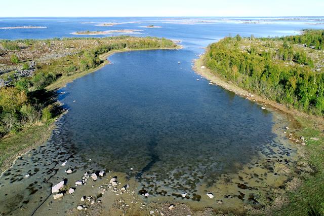 Ilmakuva rannikon laguunista Suomen rannikolla.