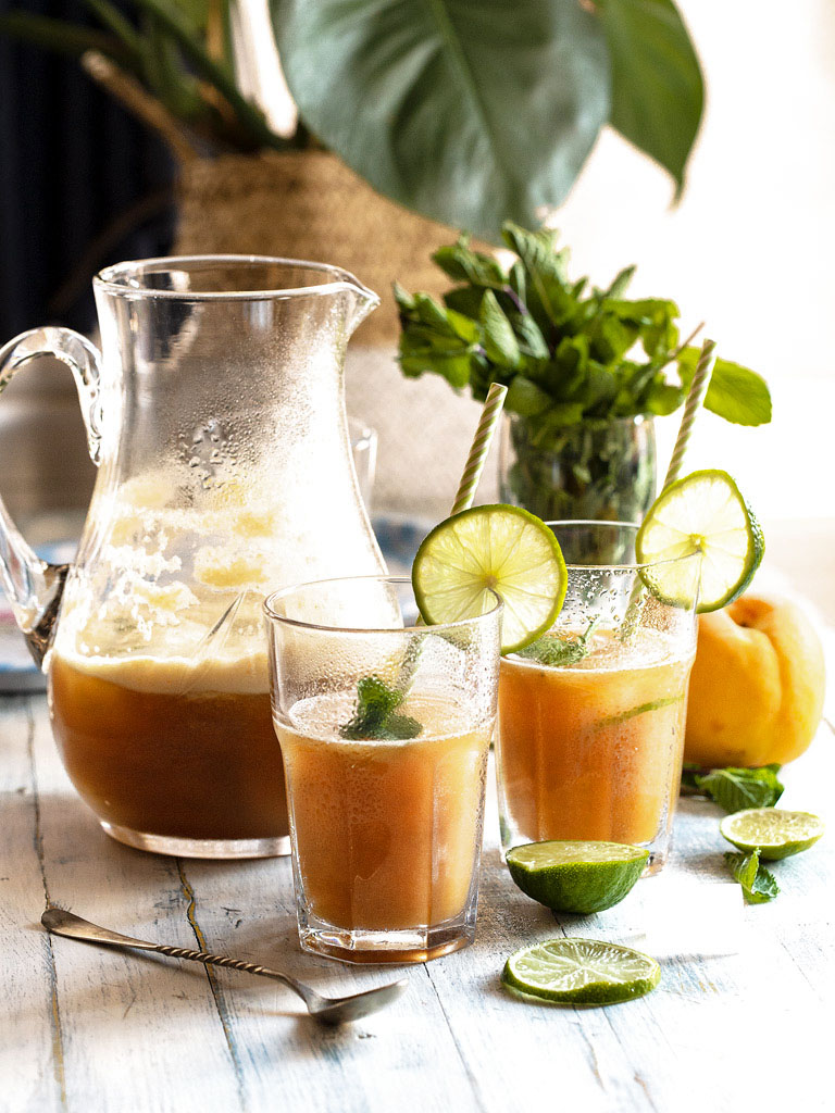 bebida-refrescante-de-ginter-ale-con-melocoton-lima-y-hierbabuena