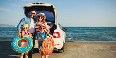 imagem de uma família saindo de férias