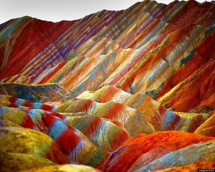 """صورة للجبال الملونة الجميلة في الصين المسماة """" جبال قوس قزح """""""