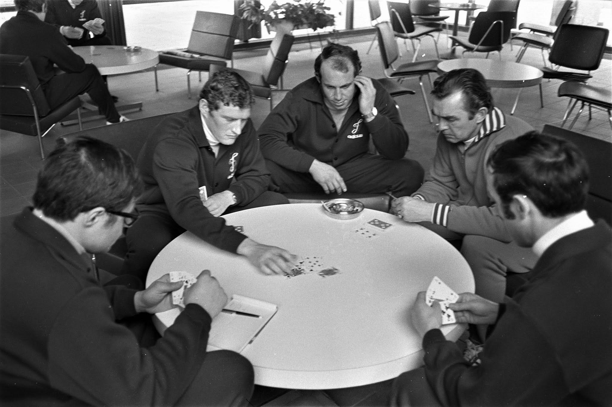 Spelers leggen een kaartje met Ernst Happel