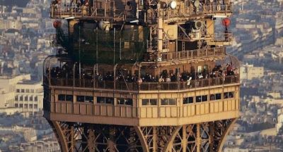 puncak menara eiffel