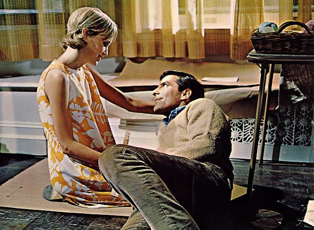 Guy dan Rosemary Woodhouse pada film Rosemary's Baby (1968) di apartemennya yang baru