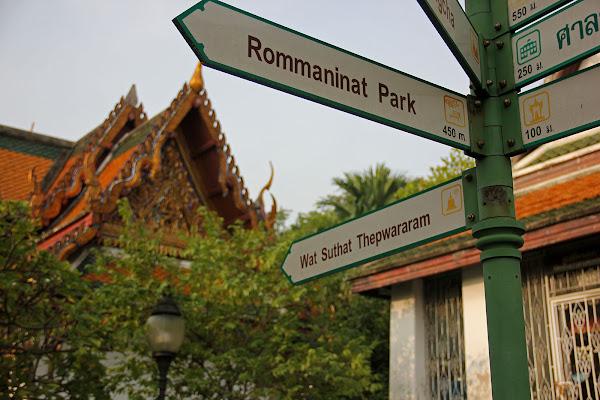 Templo Wat Suthat frente al columpio gigante