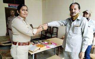 मान्यता प्राप्त पत्रकार डा. राम सिंगार शुक्ल को महिला थानाध्यक्ष ने बांधी राखी   #NayaSaveraNetwork