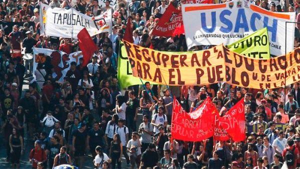 Estudiantes chilenos piden eximir deudas de estudios