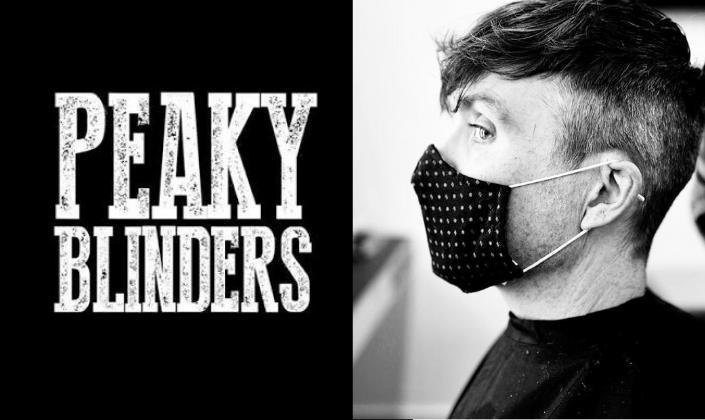 Imagem de capa: fundo em preto com a logo da série Peaky Blinders em fonte simples e branca como que feita em giz e foto em preto e branco do ator Cilian Murphy nos bastidores do set com uma máscara de proteção no rosto.