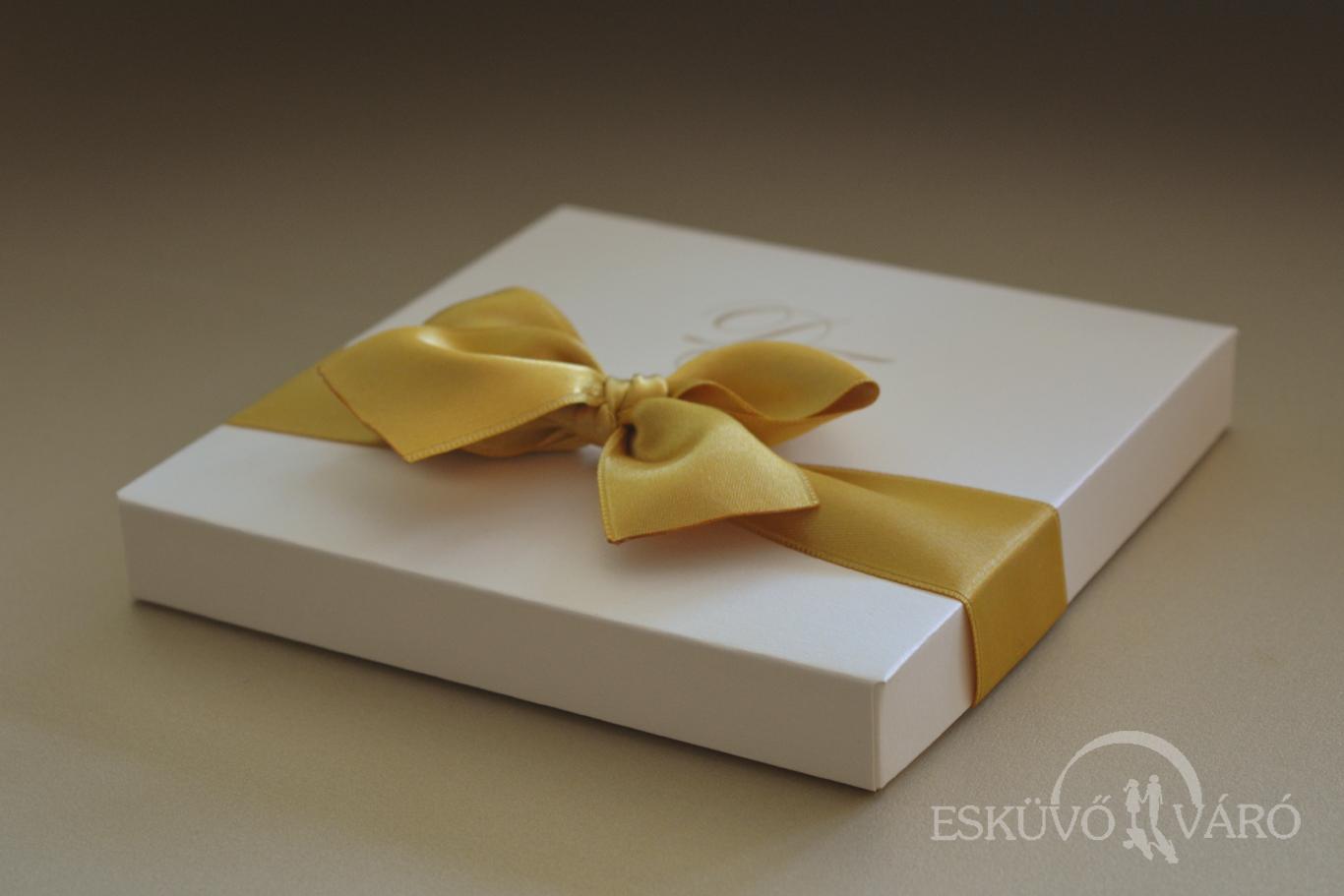 012719c8c6 A benne rejtőző meghívót is ezek díszítik, egy apró aranyszínű Swarovskival  kiegészítve. A meghívó a megszokott módon két rétegből áll össze, ...