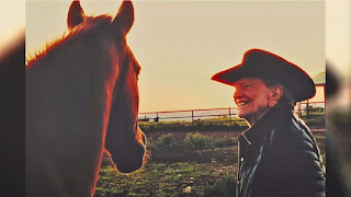 """Willie Nelson lanzó """"We are the Cowboys""""."""