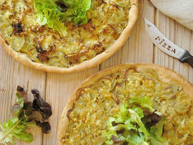 recette de pizza italienne de Rome avec des pommes de terre et du romarin