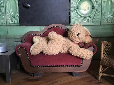 Alte Kindermöbel: Sofa mit Schlafhasen drauf