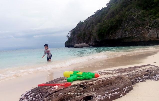 KenSiPenjelajahKecik di Pantai Marumasa Bulukumba