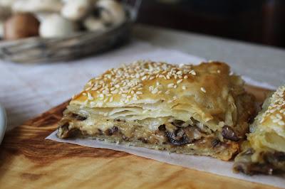 Golosa pasta sfoglia che racchiude un ripieno di funghi e formaggi. Ricetta facile e veloce.