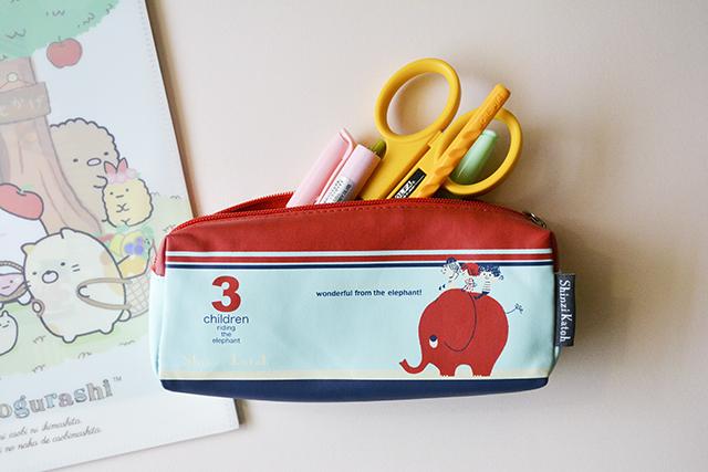 Estuche lápices azul rojo 3 niños montados en elefante Shinzi Katoh de Japón