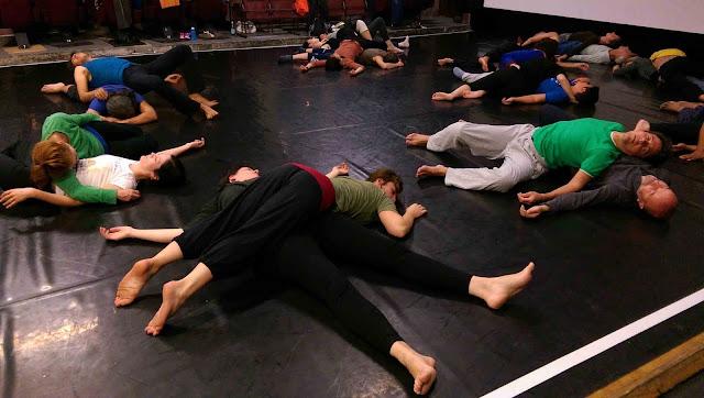les cours de Danse Contact Impro peuvent débuter sur des pratiques somatiques; qui visent à augmenter l'aisance, l'efficacité et le plaisir du corps et du mouvement par le développement de la conscience corporelle.