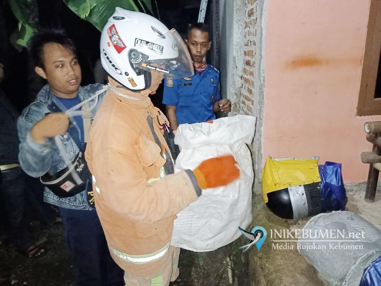 Damkar Gombong dan Polsek Sempor Evakuasi Sarang Tawon Vespa dari Rumah Warga Tunjungseto