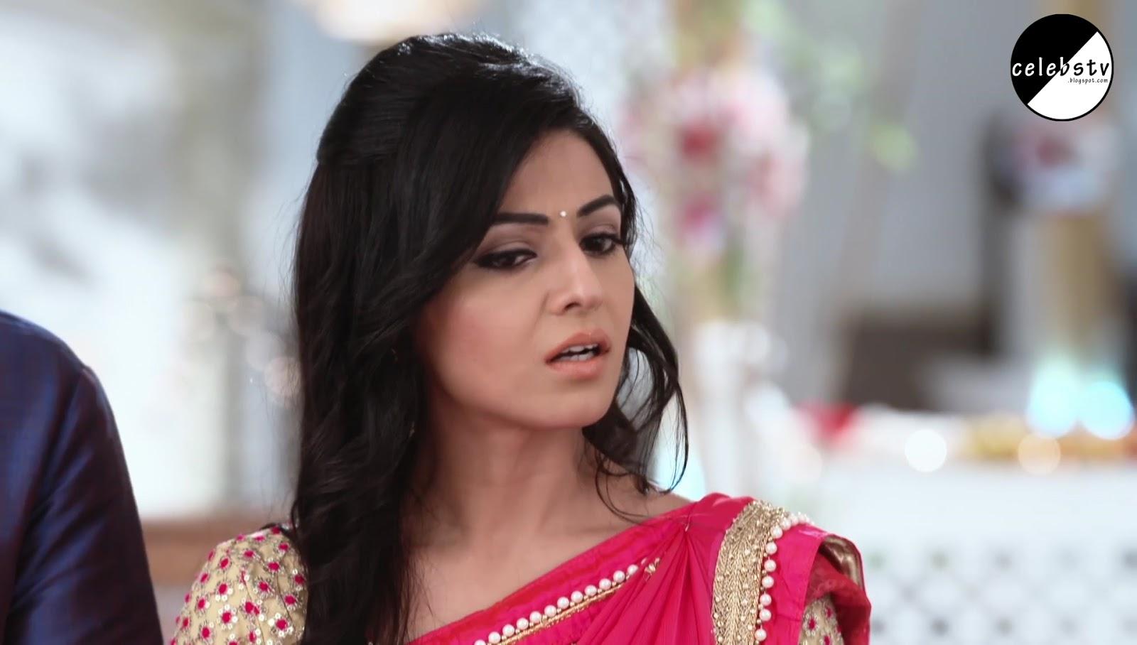 Sexy TV Actress Divjot Sabarwal Bare Navel Show in Saree - Sexy