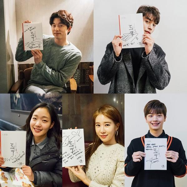 """5 pemainnya – terdiri dari: Gong Yoo, Kim Go-Eun, Lee Dong-Wook, Yoo In-Na, dan Yook Sung-Jae – menuliskan pesan """"Selamat Tahun Baru"""" kepada pemirsa pecinta drama """"Goblin""""."""