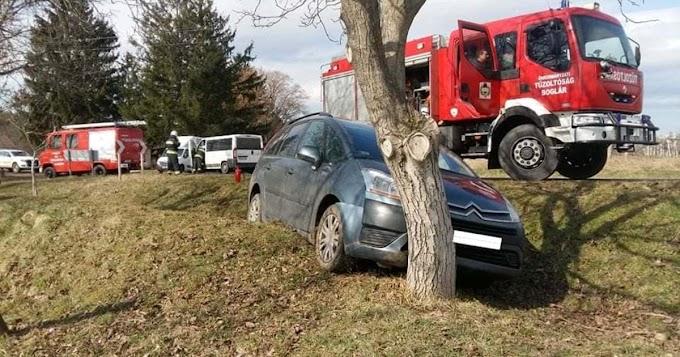 Kisbusznak, majd fának csapódott egy autó Karádnál