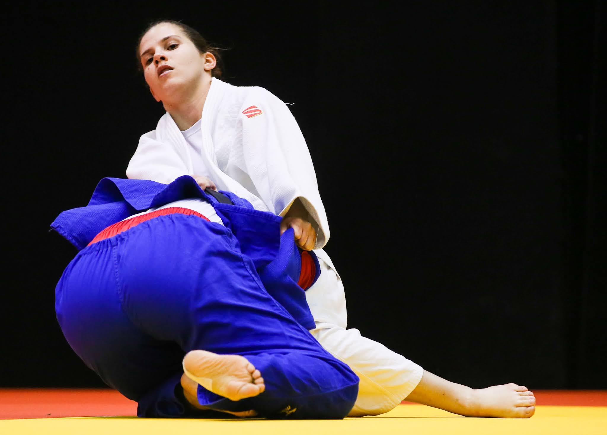 Alana Maldonado, de quimono branco, em luta de solo com adversária