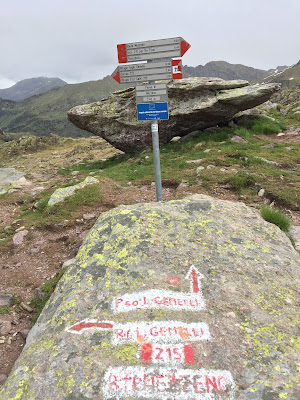 Trail markers on the way to Laghi Gemelli
